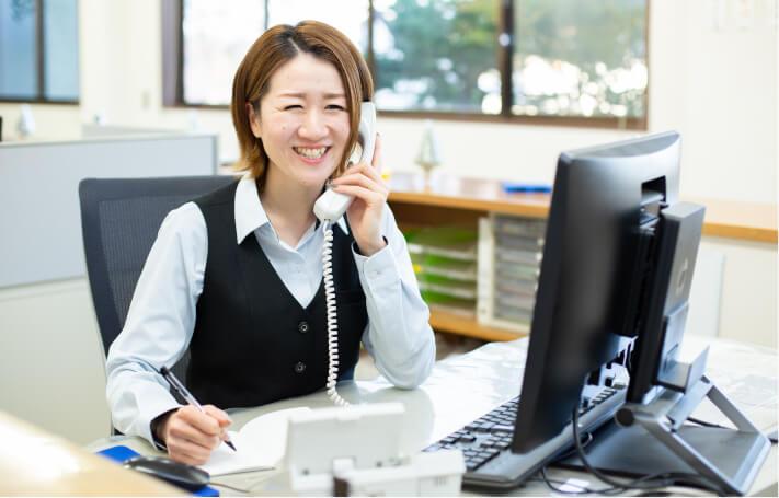 電話中の事務担当者の写真