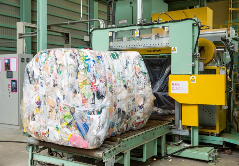 圧縮されたプラスチック製容器包装材の写真